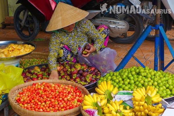 Fruit Lady Bargaining 10 Ways To Be A Responsible Traveller Sustainable Tourism