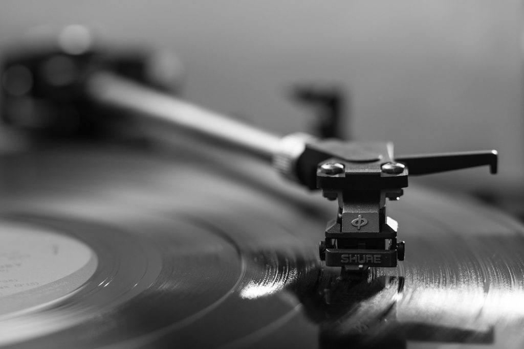 Playing a record at anazawa Phonograph Museum